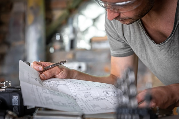 Mannelijke schrijnwerker tijdens het werken met hout in de werkplaats.