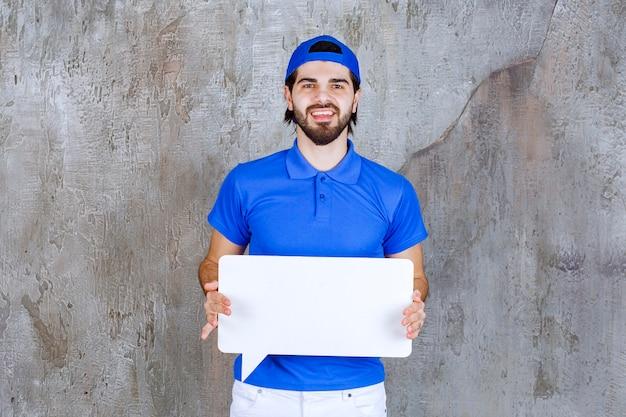 Mannelijke serviceagent in blauw uniform met een rechthoekig infobord