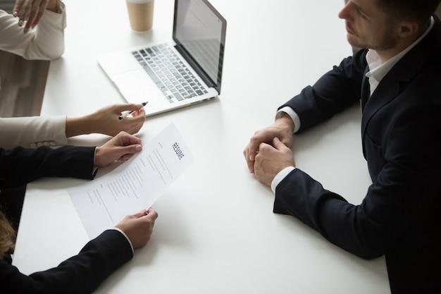 Mannelijke sollicitant met sollicitatiegesprek