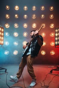 Mannelijke solo-muzikant met elektrische gitaar