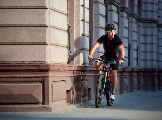 Mannelijke sportman fietsen op de fiets buiten