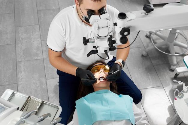 Mannelijke tandarts werkt