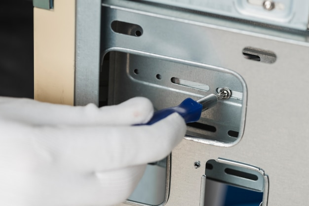 Mannelijke technicus bevestiging schroef in computer slot