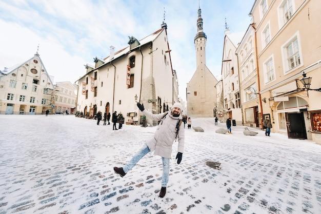 Mannelijke toerist buiten in de winter in de oude stad van tallinn, estland.