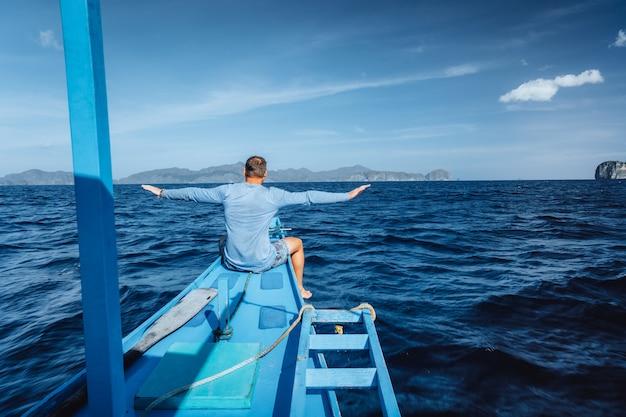 Mannelijke toerist die met de boot in el nido, palawan-eiland, filippijnen reist.