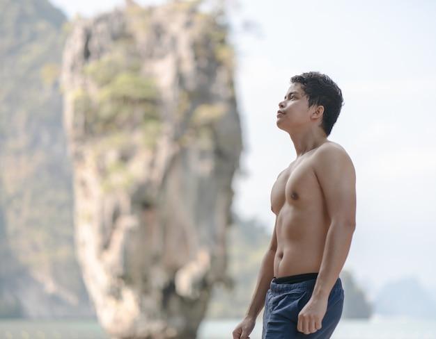 Mannelijke toeristische reiziger die zich voordeed op james bond-eiland, phang nga, thailand.