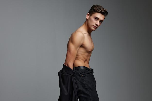 Mannelijke topless zwart shirt bijgesneden weergave aantrekkelijkheid mode levensstijl.