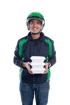 Mannelijke uber-chauffeur met voedselbezorging geïsoleerd op witte achtergrond