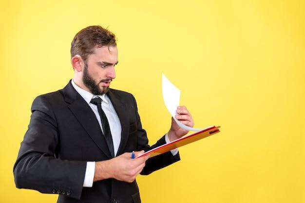 Mannelijke uitvoerend die fout in het document vindt