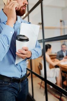 Mannelijke uitvoerende macht die naar de vergadering gaat