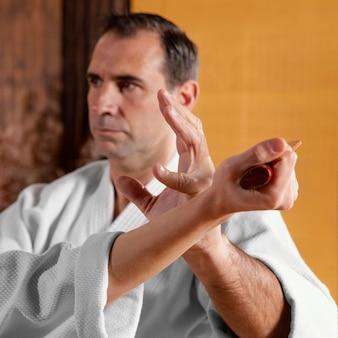 Mannelijke vechtsportinstructeur in de oefenruimte