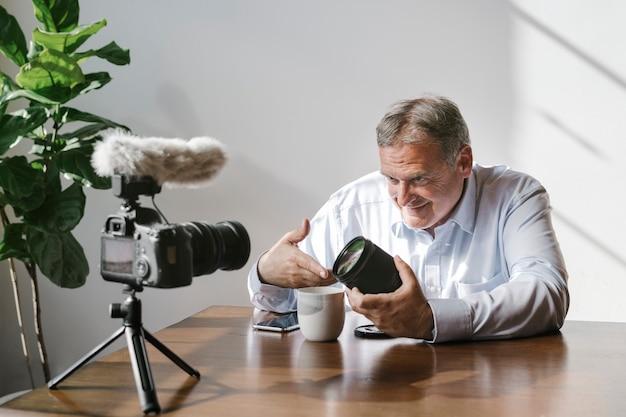 Mannelijke vlogger die een tutorial filmt