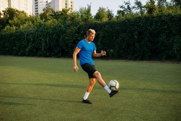 Mannelijke voetballer met bal die zich online bevindt