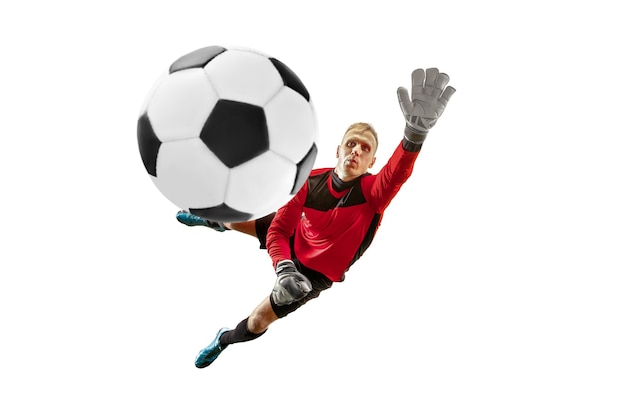 Mannelijke voetballerkeeper die bal in sprong vangen. silhouet van fit man met bal geïsoleerd op witte studio background