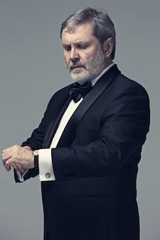 Mannelijke volwassene van middelbare leeftijd het dragen van een pak geïsoleerd op grijs