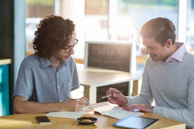 Mannelijke vrienden bespreken over document