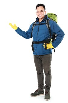 Mannelijke wandelaar met rugzak presenteren