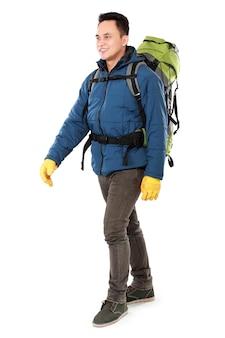 Mannelijke wandelaar met rugzak wandelen