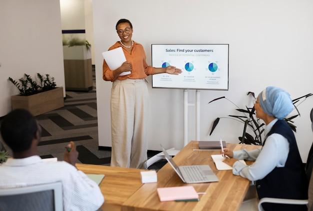 Mannelijke werknemer die deelneemt aan een trainingssessie bij zijn nieuwe kantoorbaan