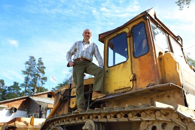 Mannelijke werknemer in bulldozer