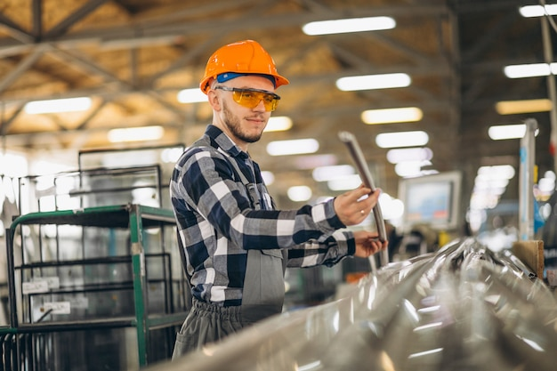 Mannelijke werknemer in een fabriek