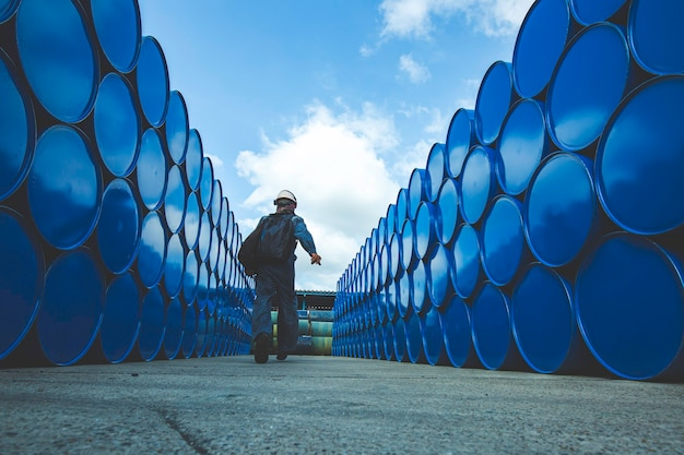 Mannelijke werknemer inspectie record drum olie voorraad vaten blauw horizontaal of chemisch voor in de industrie