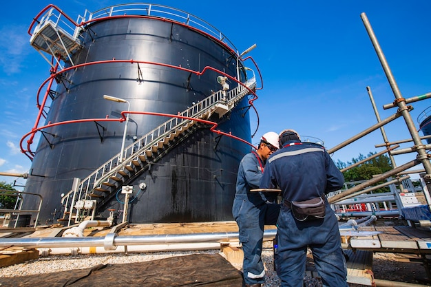 Mannelijke werknemer inspectie visuele opslagtank ruwe olie