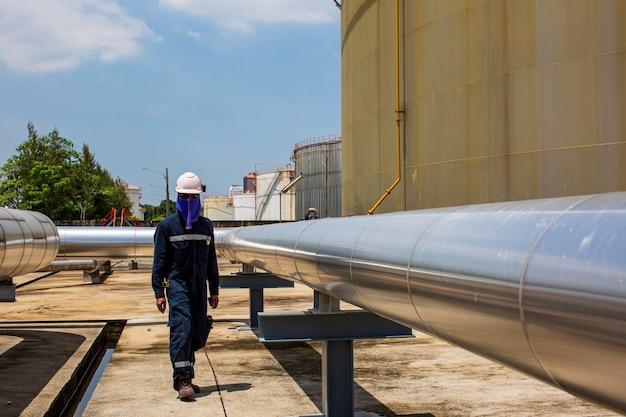 Mannelijke werknemer inspectie visuele pijpleiding en ventielbuis stoom gasleiding;