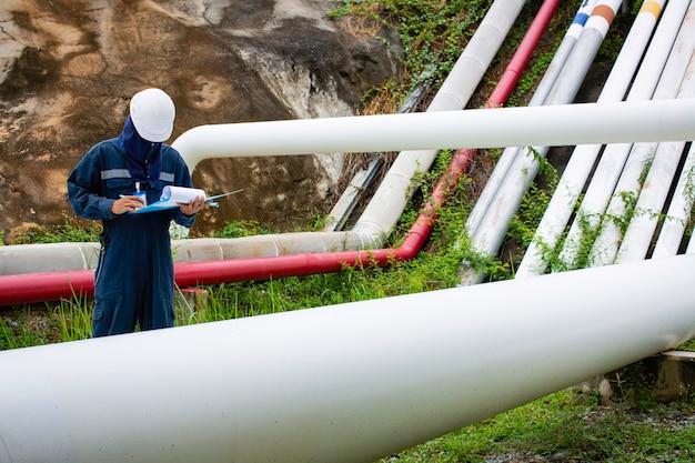 Mannelijke werknemer inspectie visuele pijpleiding olie en gas corrosie buis stoom pijpleiding industrie pipeline