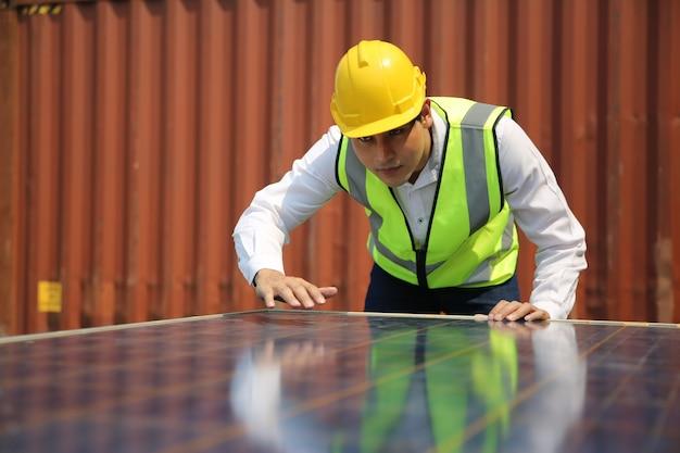 Mannelijke werknemer installeert zonnepaneel, technicus installeert zonnepanelen op dak. alternatieve energie zonne-energie, ecologisch concept.