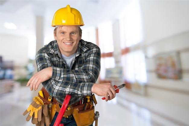 Mannelijke werknemer met gereedschapsriem geïsoleerd op background