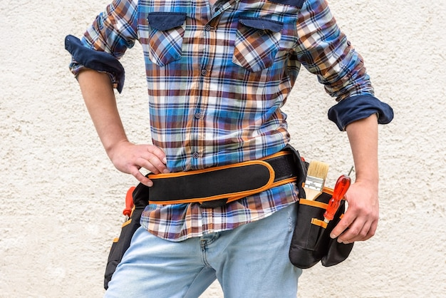Mannelijke werknemer met heupgordel met gereedschap