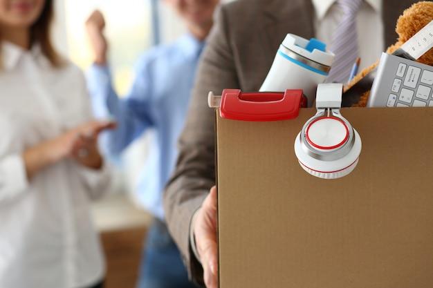 Mannelijke werknemer met spullen in een doos