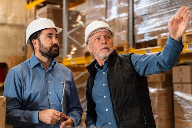 Mannelijke werknemers in magazijn