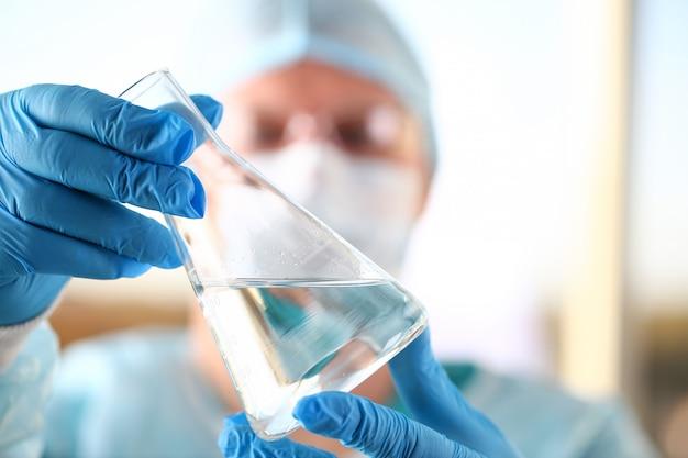 Mannelijke wetenschappergreep in close-up van wapen de lege flesjes