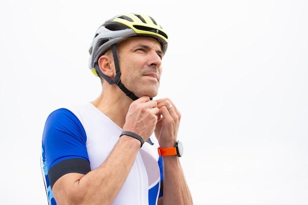 Mannelijke wielrenner helm dragen