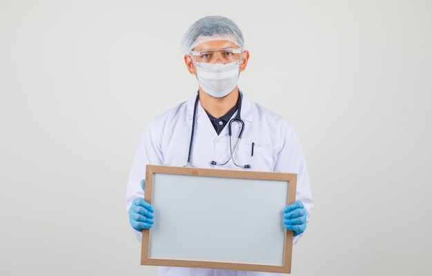 Mannelijke witte raad in beschermende kleding houden en arts die zorgvuldig kijken