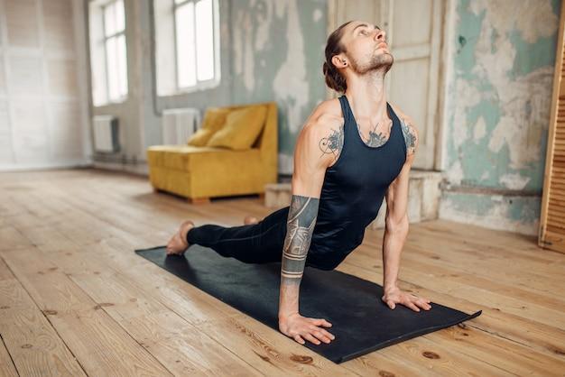 Mannelijke yoga doet push-up oefening