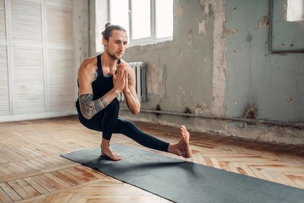 Mannelijke yoga in de klas, balanstraining