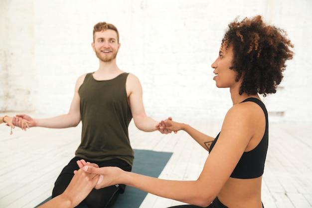 Mannelijke yoga-instructeur zitten in een cirkel