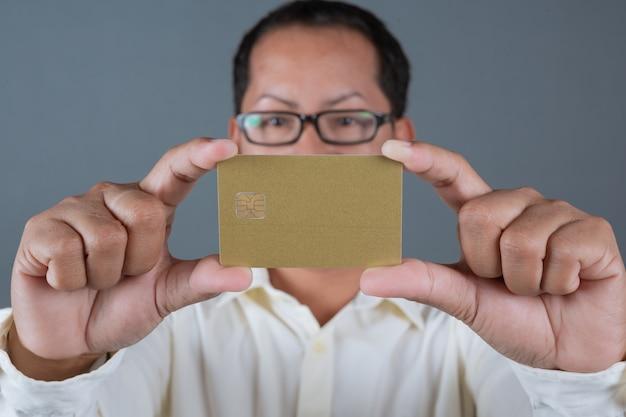 Mannelijke zakenlieden die bankbiljetten, contant geld houden die gebaren met gebarentaal maken