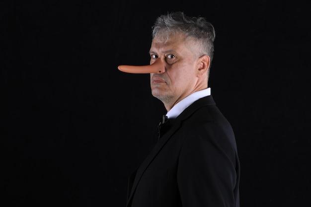 Mannelijke zakenman met lange neus