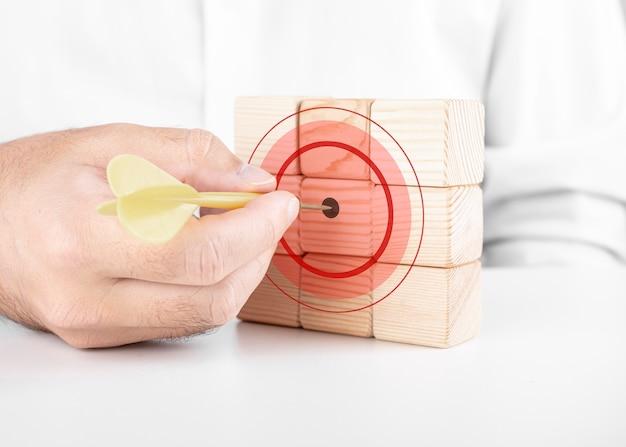 Mannelijke zakenman raakt het doelwit met darts. dobbelstenen aspiratie concept met welpen