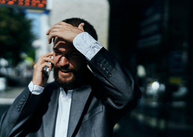 Mannelijke zakenman verloor zijn baan op straat, wereldwijde crisis, ineenstorting van valuta's, het gezicht van een ondernemer