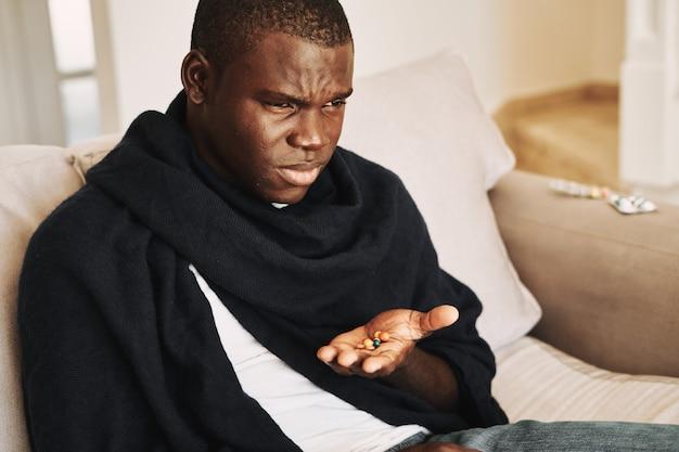 Mannelijke zwarte verkoudheid, griep, virus, ziekte