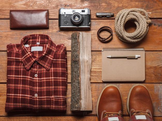 Mannen accessoires op de houten tafel