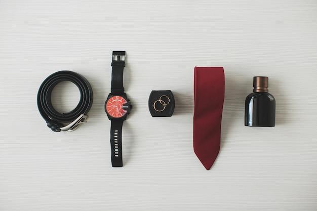 Mannen accessoires op tafel