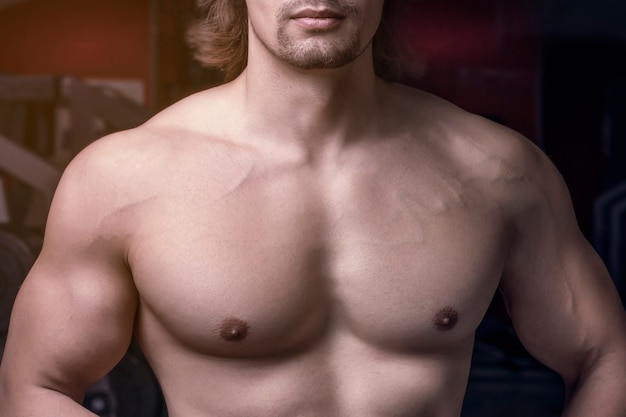 Mannen atletische gespierde borst close-up en sexy kin.