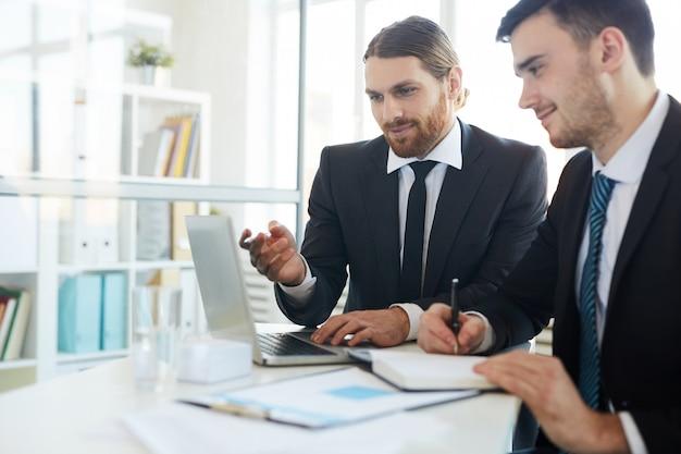Mannen bespreken online gegevens