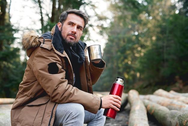 Mannen chillen in het herfstbos